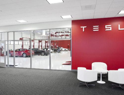 Tesla velger Barrikade på verkstedsgulv